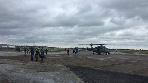 El aeropuerto de Jack Brooks, en las afueras de Port Arthur, es una de las bases para las operaciones de rescate.