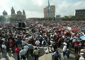 Ex patrulleros protestan en la Plaza de la Constitución el 1 de marzo de 2005. (Foto: Hemeroteca PL)
