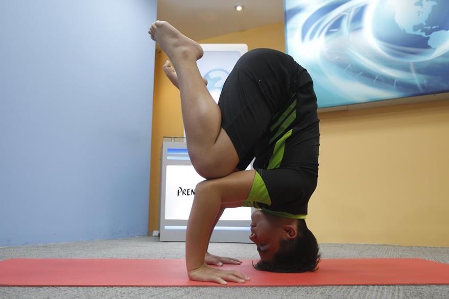 Para lograr el trípode —cabeza sobre el suelo y cuerpo totalmente erguido—, la persona puede hacer una postura intermedia, en la que se posan las rodillas sobre los hombros.