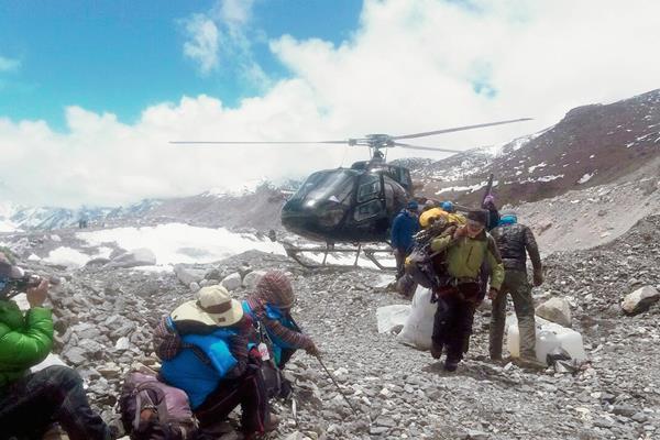 Un helicóptero de rescate traslada a alpinistas a un campamento base del Everest, Nepal, (Foto Prensa Libre: AP)
