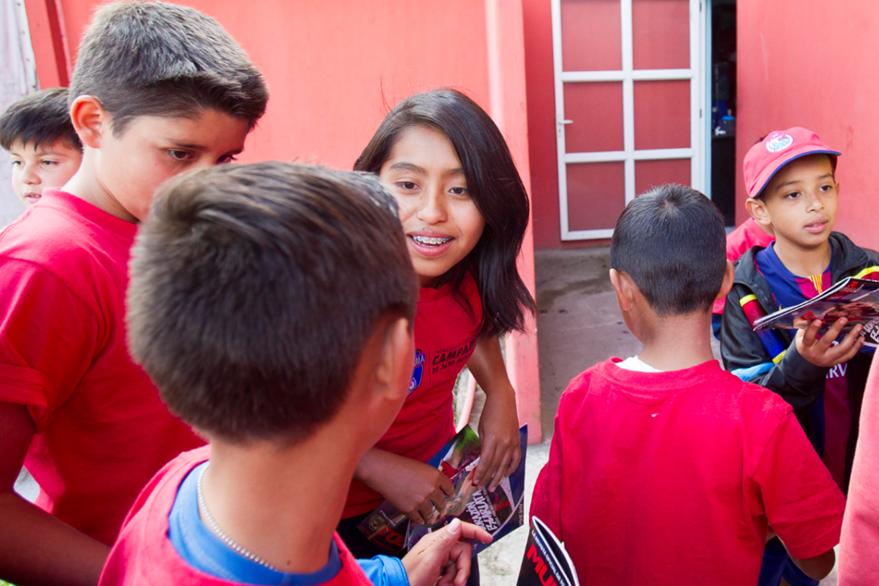 Hellen es la única chica en el grupo de niños que está en el curso de futbol. (Foto Prensa Libre: Norvin Mendoza)
