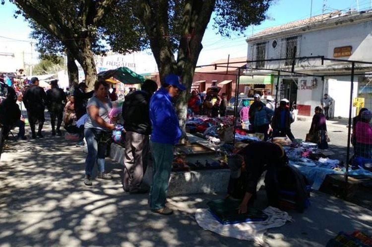 Los vecinos del barrio El Calvario piden a las autoridades que los vendedores actúen con orden. (Foto Prensa Libre: Fred Rivera)