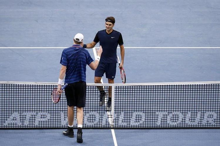 John Isner (i) saluda al suizo Roger Federer (d) tras vencerle en el partido de octavos de final del Masters 1.000 de París. (Foto Prensa Libre: EFE)