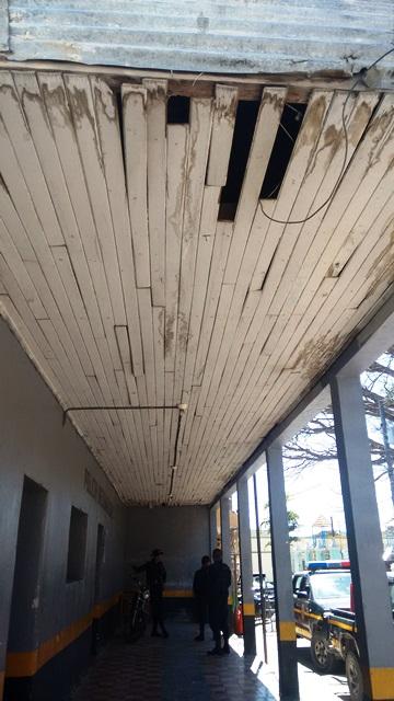 El edificio  de la subestación  de San Rafael Las Flores, Santa Rosa, está en condiciones no habitables. (Foto Prensa Libre: Oswaldo Cardona)