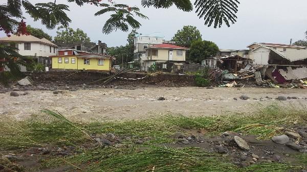 <em>El paso de Erika causó el desbordamiento de un en Roseau.</em>