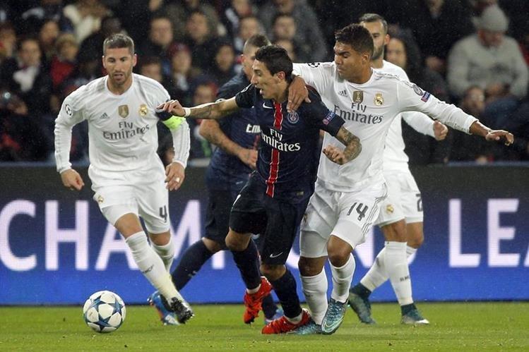 El agentino Ángel Di Maria del PSG pelea la pelota con Sergio Ramos y Carlos Henrique Casemiro del Real Madrid. (Foto Prensa Libre: AP)