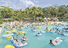 El parque acuático Xetulul, en Retalhuleu, es uno de los sitios turísticos más visitados por los capitalinos durante los asuetos. (Foto Prensa Libre: Hemeroteca PL).