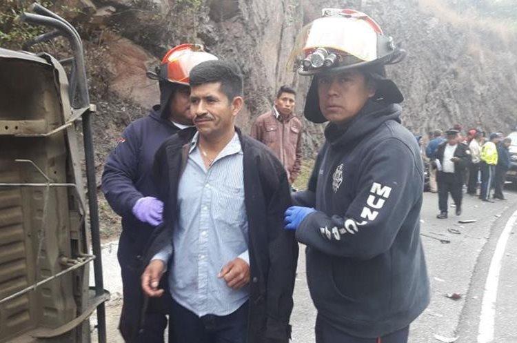 Los heridos fueron trasladados por los Bomberos Municipales Departamentales al Hospital Nacional de Antigua Guatemala. (Foto Prensa Libre: Víctor Chamalé)