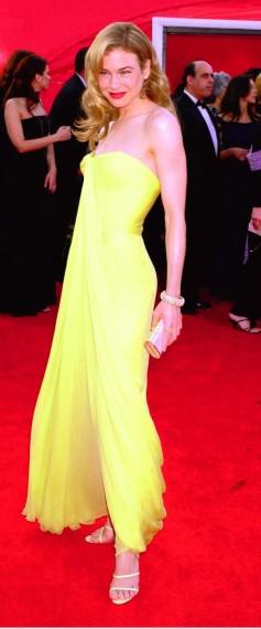 Renée Zellweger en 2001 se decantó por la sencillez y elegancia, y lo consiguió con este strapless en un tono amarillo de 1959, diseñado por Jean Dessès, de la tienda vintage Lily et Cie.
