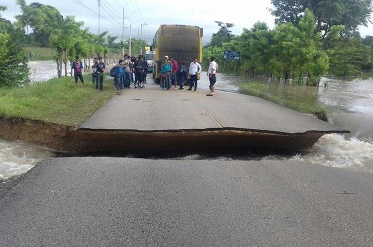 El tránsito está interrumpido por colapso de carretera. (Foto Prensa Libre: Conred).