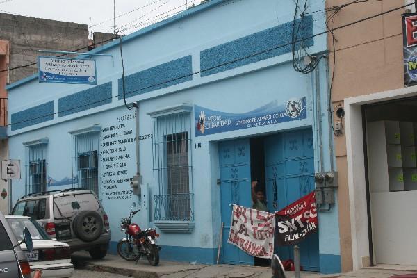 Sindicalista de Salud ocupan edificio.