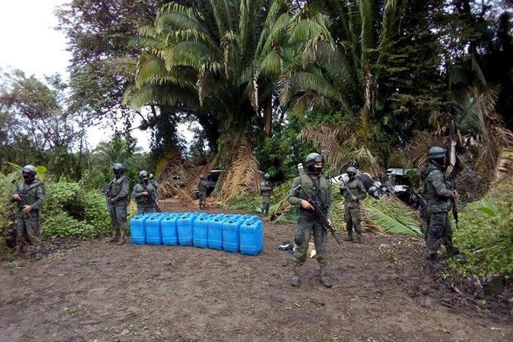En el lugar también se hallaron varios recipientes para almacenar combustible. (Foto Prensa Libre: Cortesía)