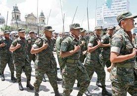 Un grupo de soldados pasa frente al Palacio Nacional de la Cultura, el 30 de junio del 2007, durante el último desfile que el Ejército efectuó en la vía pública con motivo de su aniversario. (Foto: Hemeroteca PL)