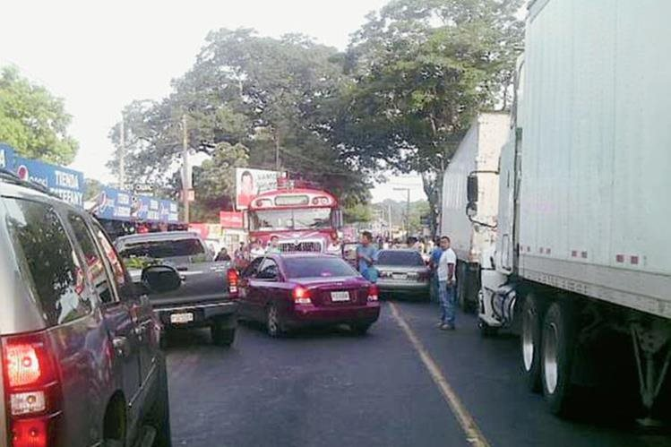 Pilotos hacen fila por bloqueo en km 113 de ruta a suroccidente, en Cocales, Patulul, Suchitepéquez. (Foto Prensa Libre: Twitter)