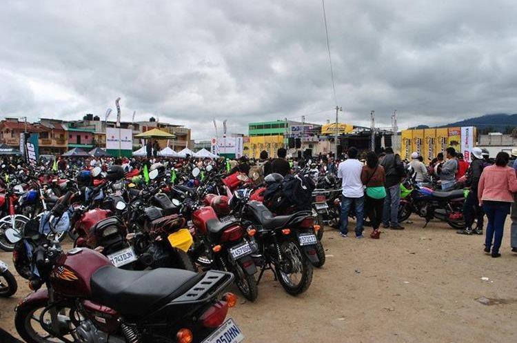 El campo de la feria fue habilitado para que los motoristas se puedan parquear. (Foto Prensa Libre: Mario Morales)