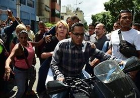 En una motocicleta tuvo que abandonar el edificio del Ministerio Público la hasta hoy fiscal general de Venezuela, Luisa Ortega. (Foto Prensa Libre: AFP)