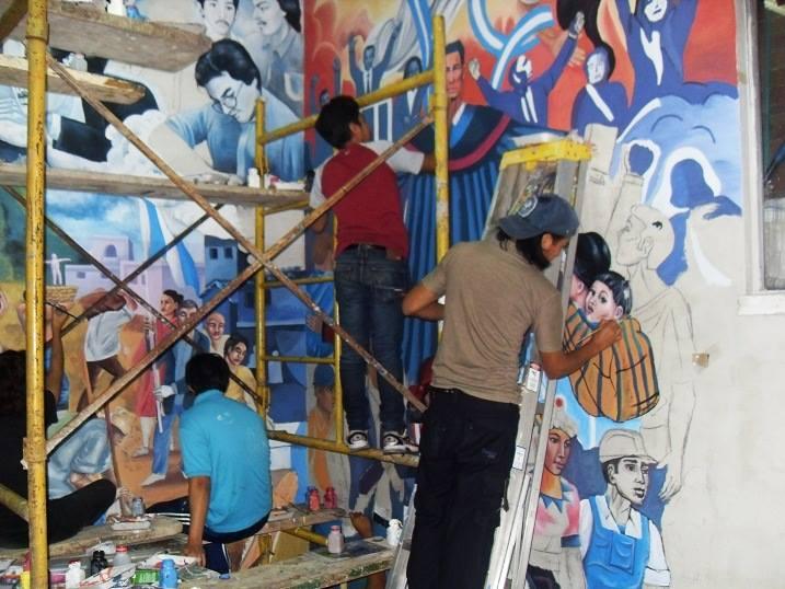 Estudiantes de la ESArte de la Usac, pintan la escena mural que es una idealización de la justicia. (Foto Prensa Libre: Hemeroteca PL)