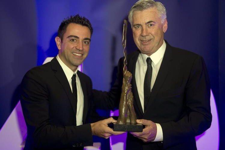 Xavi Hernández posa junto al entrenador italiano Carlo Ancelotti en la entrega del premio. (Foto Prensa Libre: EFE)