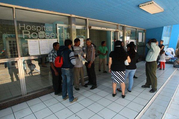 La consulta externa de 11 hospitales abrirá este lunes, después de 20 días en los que permaneció cerrada por los médicos que exigían el cumplimiento del pago salarial. (Foto Prensa Libre: Álvaro Interiano)