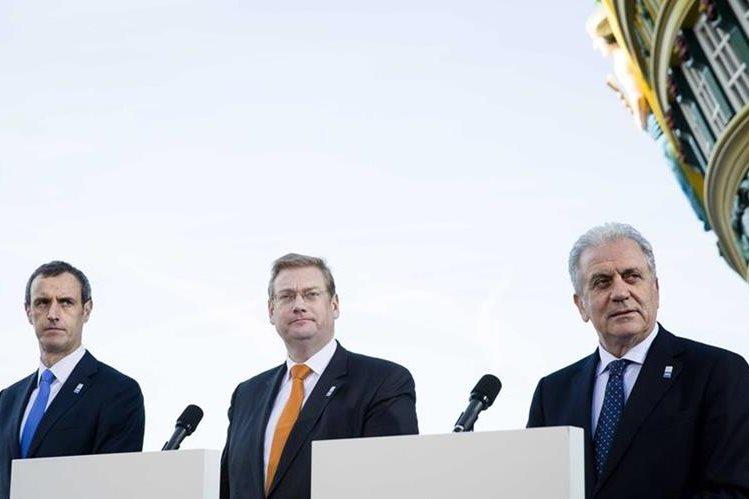 Rob Wainwright, (izq.) director de la Europol, durante la conferencia de prensa. (Foto Prensa Libre: EFE).