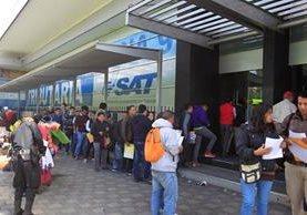 Con estos cambios, los usuarios ya no perderán tanto tiempo en filas. (Foto Prensa Libre: Carlos Hernández)