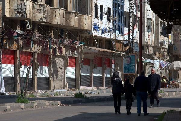 """<span class=""""hps"""">Sirios</span> <span class=""""hps"""">caminanun sector</span> <span class=""""hps"""">devastado</span> <span class=""""hps"""">de la antigua</span> <span class=""""hps"""">ciudad de Homs</span><span>, Siria.</span>"""