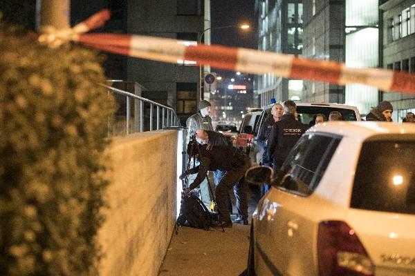 La Policía investiga en las afueras de la sede del centro de culto musulmán en Zúrich.(EFE).