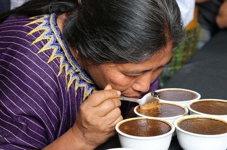 Cincuenta y cinco caficultores de Xenacoj participaron en el primer festival del café para promocionar su grano de calidad. (Foto Prensa Libre: Julio Sicán)