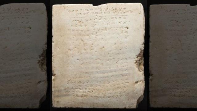 Subastan por 850.000 dólares en Beverly Hills la inscripción en piedra más antigua que se conoce de los 10 Mandamientos. (Foto Prensa Libre: AP)