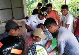 Victoriano Cu Yat permaneció en el fondo de un barranco durante más de 12 horas, en Saxoc, Cobán, Alta Verapaz (Foto Prensa Libre: Eduardo Sam)