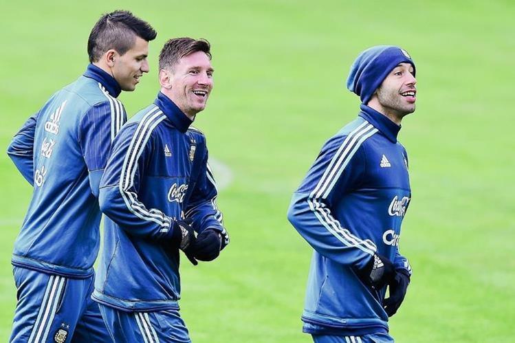 Lionel Messi, Sergio Aguero y Javier Mascherano durante el último entrenamiento de la Selección de argentina en Concepción (Foto Prensa Libre: Afp)