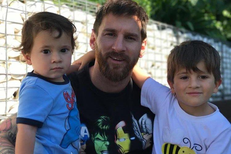 Leo Messi junto a sus hijos Mateo y Thiago, esta semana se dio a conocer que será padre por tercera vez. (Foto Prensa Libre: Instagram)