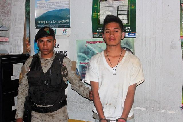 El presunto responsable fue trasladado a la sede de la PNC y luego al juzgado de turno, en la Antigua Guatemala, Sacatepéquez. (Foto Prensa Libre: Víctor Chamalé)