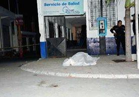 El cadáver de Daniel Abigail Montufar quedó en la entrada del Centro de Salud de Iztapa, Escuintla. (Foto Prensa Libre: Enrique Paredes)