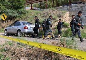 Agentes antinarcóticos de la PNC resguardan vehículo en el que se localizaron siete paquetes con heroína, en Guastatoya, El Progreso. (Foto Prensa Libre)