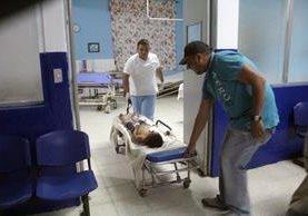 Carlos Jeronimo es ingresado a la emergencia del Hospital Nacional de Jalapa. (Foto Prensa Libre: Hugo Oliva)