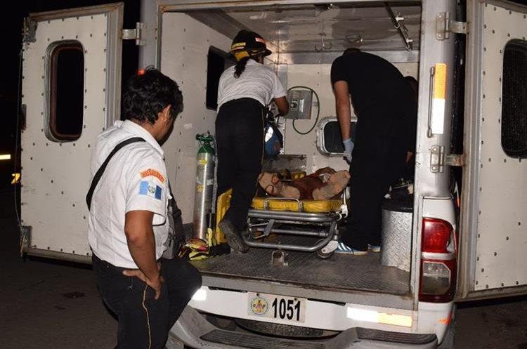 Alberto Salguero Cordón, en la ambulancia donde falleció. (Foto Prensa Libre: Mario Morales)