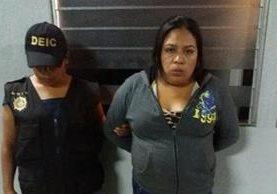 La policía trasladó a la detenida un juzgado donde comenzó el proceso en su contra. (Foto Prensa Libre: cortesía)
