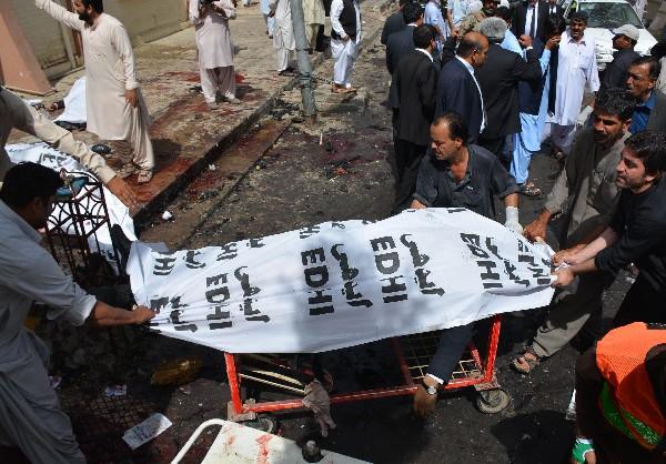 Voluntarios paquistaníes trasladan el cuerpo de una de las vítimas de la explosión en Quetta.(AFP).