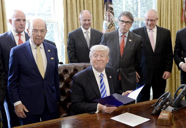 Presidente Donald Trump con empresarios de la canadiense que construirá el oleoducto que llegará a Texas. (Foto Prensa Libre: EFE)