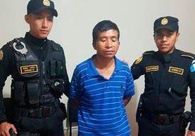 Mardoqueo Morales Méndez fue entregado a agentes de la Policía Nacional Civil. (Foto Prensa Libre: Whitmer Barrera)