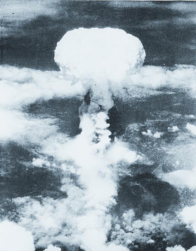 Semanas después de la primera prueba de explosión atómica, Estados Unidos deja caer sobre las ciudades japonesas de Hiroshima y Nagasaki dos bombas nucleares destruyendo ambas ciudades y con ello a sus habitantes. (Foto: Hemeroteca PL)