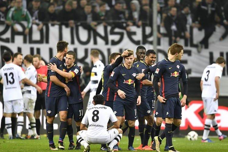El Leipzig celebra luego de su triunfo apretado frente al Borussia. (Foto Prensa Libre: AP)