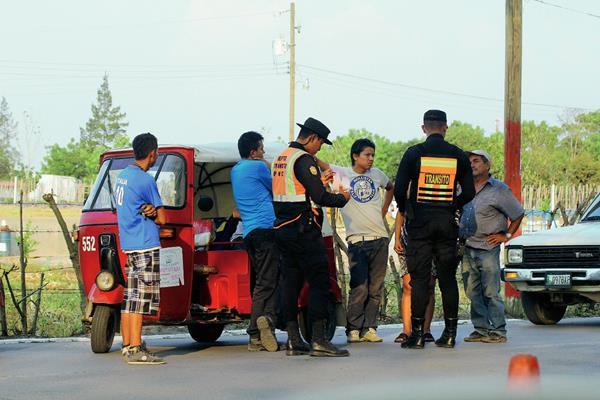 Agentes de la PNC efectúan operativo en Sanarate para evitar que menores conduzcan mototaxis. (Foto Prensa Libre: Hugo Oliva)