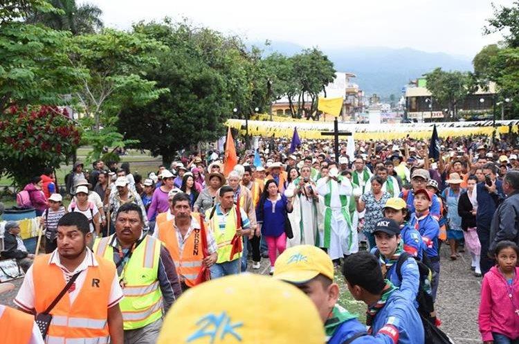 Sacerdotes de la parroquia de Palencia, Guatemala, encabezaron la peregrinación a pie. (Foto Prensa Libre: Mario Morales)