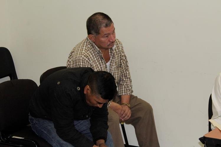 Dos de los agentes sindicados de acto anómalos en Quetzaltenango. (Foto Prensa Libre: María José Longo).