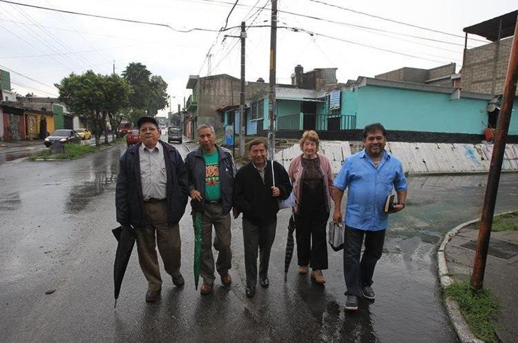 Integrantes de la Asociación de Vecinos cuentan los inicios de la colonia. (Foto Prensa Libre: Esbin García)
