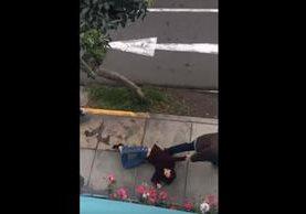 Vecino logró grabar el momento de la agresión. El hecho fue denunciado en redes. (Foto Prensa Libre: Lau. G. Lozano / YouTube)