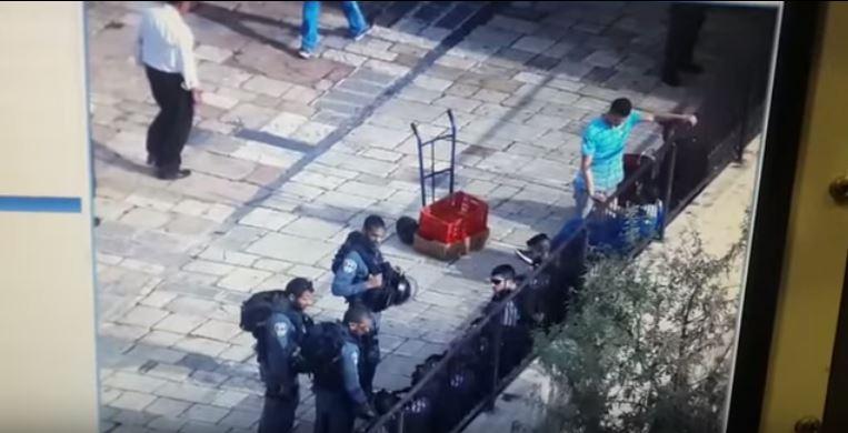 El agresor había sido detenido por la Policía y en ese momento aprovechó para hacer el ataque. (Foto: Youtube).