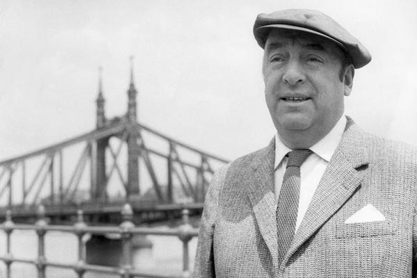 <p>Tus pies toco en la sombra y otros poemas inéditos se llama el poemario inédito de Neruda.</p>
